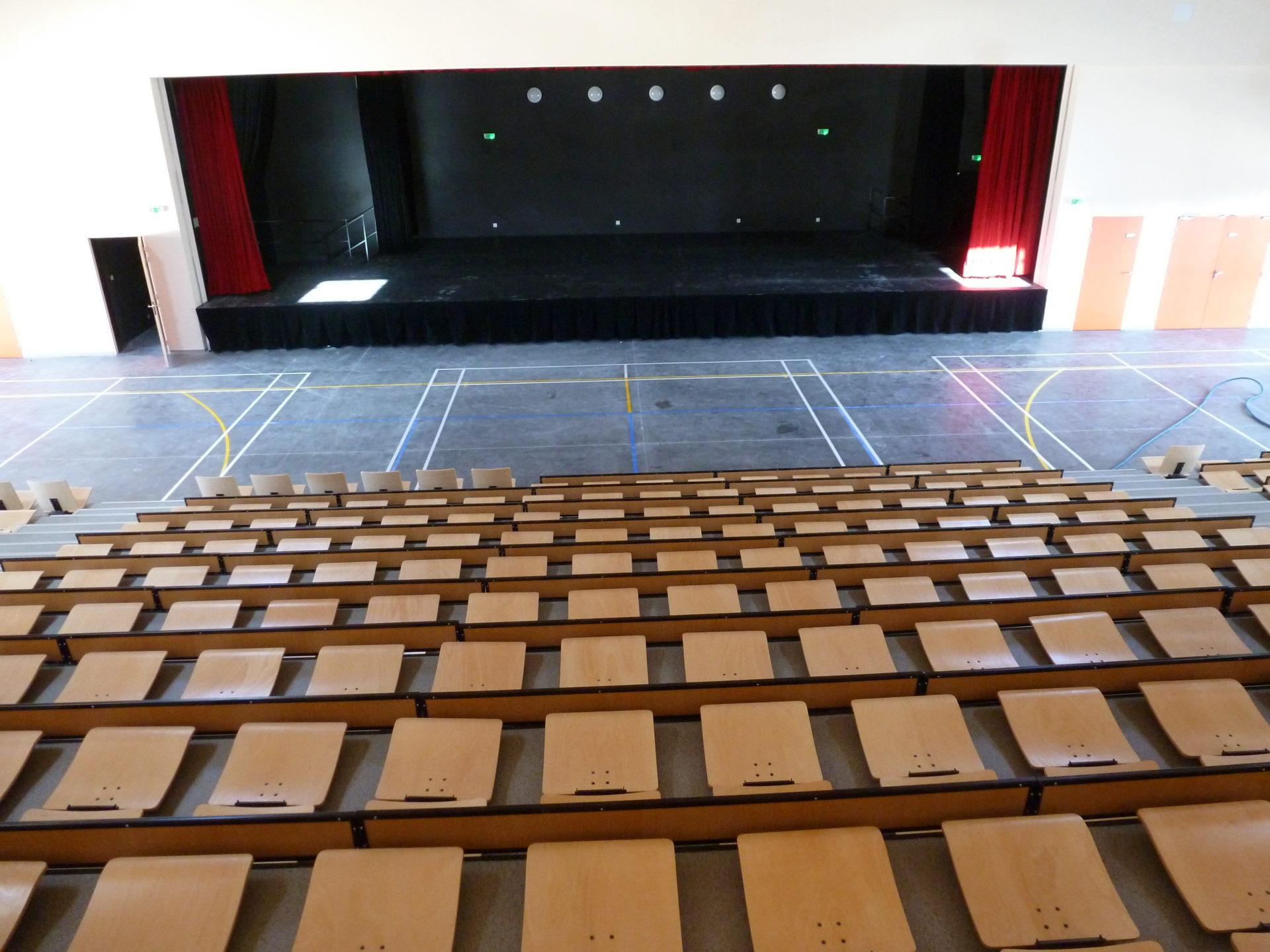 Salle de spectacle avec tribune