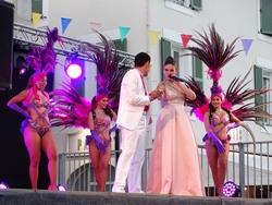 Chanteuse et danseurs de la soirée cabaret
