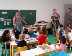 Découverte de leur salle de classe par les élèves de maternelle