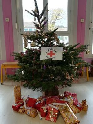 Cadeaux sous le sapin offerts pour la Croix Rouge