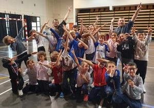 Photo de groupe des médaillés faisant le Dab