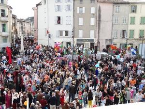 Foule place de l'Hôtel de Ville pour le Carnaval 2020