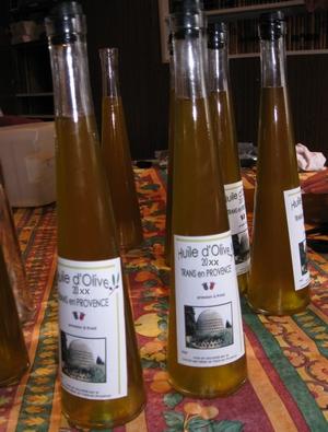 Bouteilles d'huile d'olive offertes par la Commune