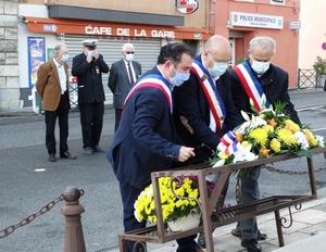 Les élus déposent une gerbe au pied du Monument aux Morts