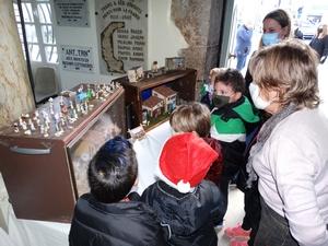 Les enfants observent la crèche de Noël