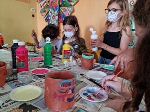 Les enfants décorent leurs pots en argile