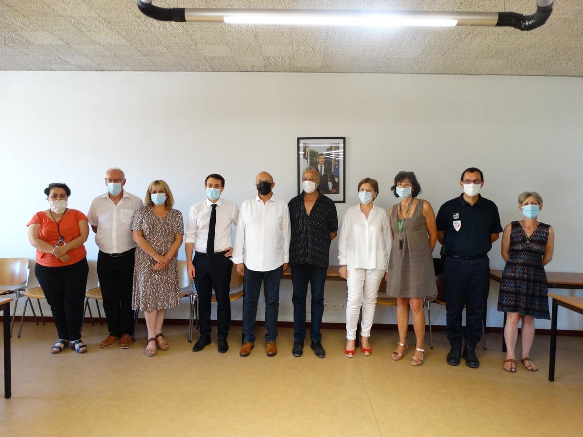 M. le Maire, entouré des membres de l'association le Cap, des élus, du député Matras, de mme Rucinski-Becker, et du Commissaire Fèvre