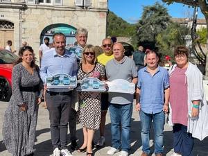 M. le Maire Alain Caymaris pose avec M. Loew, conseiller départemental et les élus aux voitures anciennes