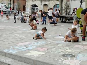 Les enfants dessinent à la craie sur le sol