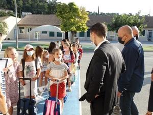 Le Député du Var M. Matras et M. le Maire Alain Caymaris à la rencontre des enfants